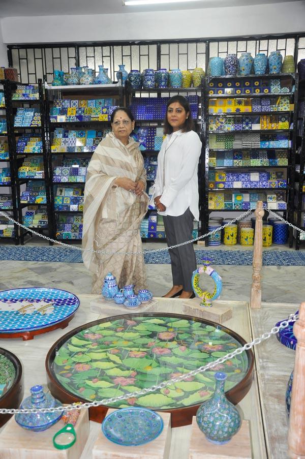 Neerja International Inc Leela Bordia Nupur Bodia Kamal Bordia Apurv Bordia 40 Inch Blue Pottery Plate08