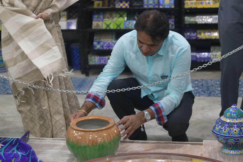 Neerja International Inc Leela Bordia Nupur Bodia Kamal Bordia Apurv Bordia 40 Inch Blue Pottery Plate014