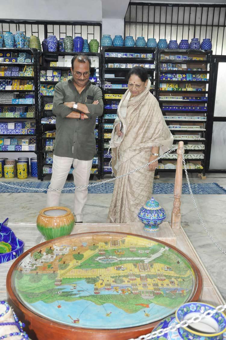 Neerja International Inc Leela Bordia Nupur Bodia Kamal Bordia Apurv Bordia 40 Inch Blue Pottery Plate03