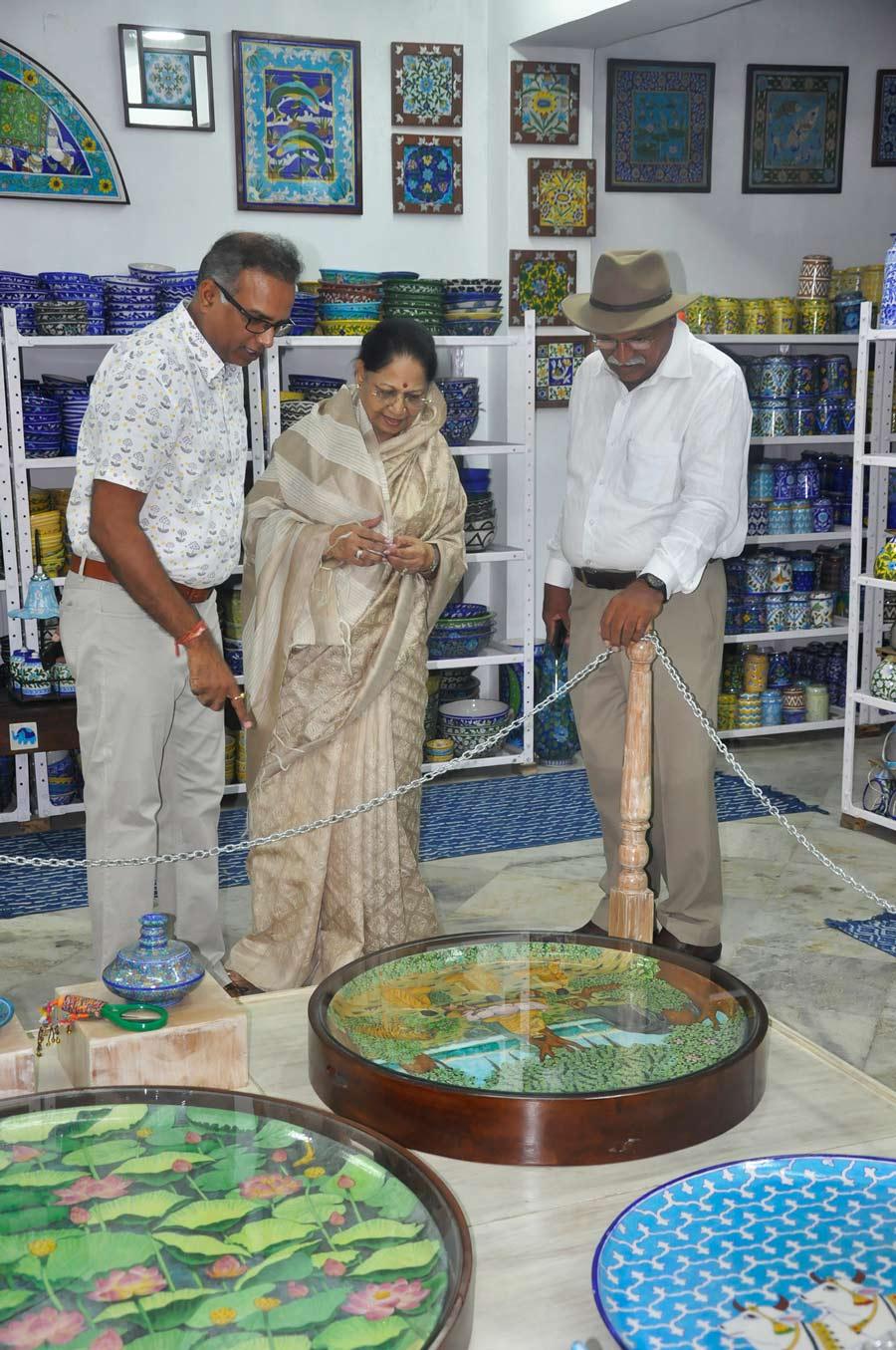 Neerja International Inc Leela Bordia Nupur Bodia Kamal Bordia Apurv Bordia 40 Inch Blue Pottery Plate04